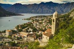 Baia di Cattaro nel Montenegro con la torre di chiesa e montagne nei precedenti Immagine Stock