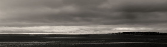 Baia di Dublino di vista del mare in bianco e nero Fotografie Stock Libere da Diritti