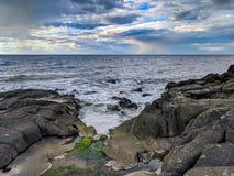 Baia di Fundy del tramonto pre con cielo blu nuvoloso immagine stock libera da diritti