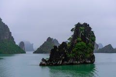 Baia di Halong in nuvole mistiche fotografie stock libere da diritti