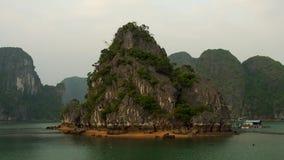 Baia di Halong prima del tramonto con le case e le barche di galleggiamento archivi video