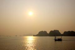 Baia di Halong, Vietnam al tramonto fotografia stock