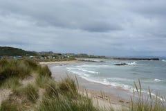 Baia di Hopeman con le capanne della spiaggia e del porto Fotografia Stock Libera da Diritti