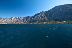 Baia di Kotor, stabilimento al piede della montagna Fotografia Stock