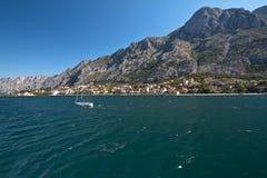 Baia di Kotor, stabilimento al piede della montagna Fotografie Stock Libere da Diritti