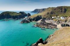 Baia di Kynance la lucertola Cornovaglia Inghilterra Regno Unito con il mare della radura del blu di turchese fotografia stock libera da diritti