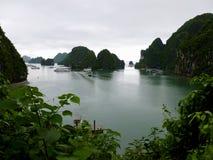 Baia di lunghezza dell'ha nel Vietnam come visto dalla caverna di sorpresa immagine stock libera da diritti