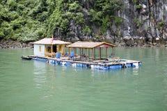 Baia di lunghezza dell'ha, Vietnam, case galleggianti immagini stock