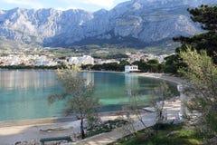 Baia di Makarska riviera sotto la collina di Biokovo Fotografie Stock Libere da Diritti