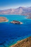 Baia di Mirabello con l'isola di Spinalonga su Crete Immagine Stock