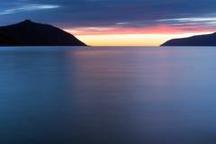 Baia di Nagayeva, Estremo Oriente, tramonto fotografia stock libera da diritti