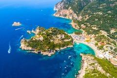 Baia di Paleokastritsa su Corfù, arcipelago ionico, Grecia immagini stock libere da diritti