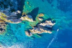 Baia di Paleokastritsa sull'isola di Corfù, arcipelago ionico immagini stock libere da diritti