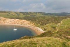 Baia di Worbarrow ad est della baia di Lulworth e vicino a Tyneham sulla costa Inghilterra Regno Unito di Dorset con l'yacht fotografia stock
