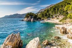 Baia a distanza su Makarska Riviera, Dalmazia, Croazia Fotografia Stock