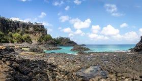 Baia dos Porcos海滩和自然水池-费尔南多・迪诺罗尼亚群岛, Pernambuco,巴西 库存照片
