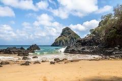 Baia dos Porcos海滩和Morro Dois Irmaos -费尔南多・迪诺罗尼亚群岛, Pernambuco,巴西 库存图片