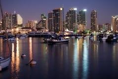 Baia e orizzonte di San Diego in sera Immagini Stock