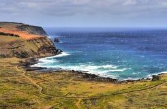 Baia e scogliere su Rapa Nui Immagini Stock Libere da Diritti