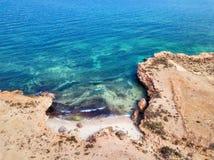 Baia fra le rocce, Oman dell'acqua blu fotografia stock libera da diritti