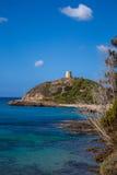 Baia Italia della Sardegna Torre de Chia con cielo blu fotografie stock
