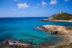 Baia Italia Sardegna di Torre di Chia con cielo blu immagini stock