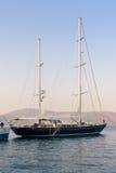 Baia in mar Mediterraneo con il vecchio yacht fotografia stock libera da diritti
