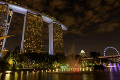 Baia marina vicino ai giardini dalla baia Vista di notte della manifestazione leggera dell'albero a Singapore immagini stock