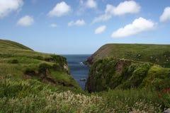Baia minuscola e protettiva che ripara un peschereccio, penisola delle Dingle Fotografia Stock