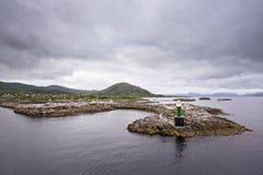 Baia norvegese con il faro immagini stock