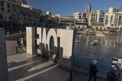 Baia Sliema Malta di Spinola della statua di amore immagine stock libera da diritti