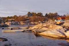 Baia sulla riva con le piattaforme di galleggiamento Immagini Stock