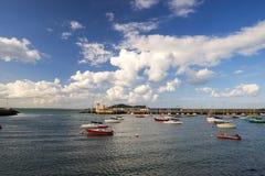 Baie avec des bateaux dans le jour d'été Images stock