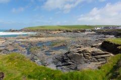 Baie côtière rocheuse BRITANNIQUE de Newtrain de scène les Cornouailles du nord près de Padstow et de Newquay Angleterre photo stock