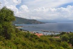 Baie confortable de la ville côtière Cargese photo stock