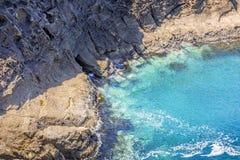 Baie costiere idilliache ed esplorazione delle caverne del mare immagini stock