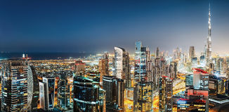 Baie d'affaires, Dubaï, Emirats Arabes Unis Horizon coloré de nuit avec les gratte-ciel les plus grands du monde Images libres de droits
