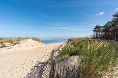 Baie d'Arcachon, France : le petit gentil de plage devant la banque de sable d'Arguin et pr?s de la dune de Pilat photos libres de droits