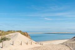 Baie d'Arcachon, France : le petit gentil de plage devant la banque de sable d'Arguin et pr?s de la dune de Pilat photographie stock libre de droits