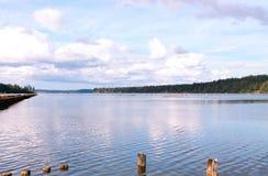 Baie d'océan de Puget Sound un jour calme avec des nuages images stock