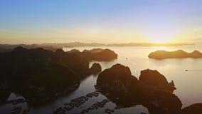 Baie d'océan de vue aérienne avec des silhouettes d'île au lever de soleil banque de vidéos