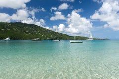 Baie d'océan sur l'île avec des yachts sur l'ancre Image libre de droits