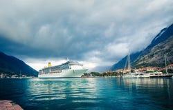 Baie de bateau de croisière de Kotor Image stock