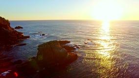 Baie de côte de l'océan pacifique au coucher du soleil banque de vidéos