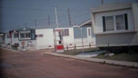 BAIE DE CHESAPEAKE, LE MARYLAND 1966 : Nouvelle subdivision de terrain de caravaning près de la plage et du soleil d'été banque de vidéos