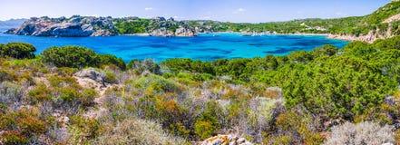 Baie de mer avec de l'eau bleu azuré entouré par des roches sur la côte de l'île de Maddalena, Sardaigne, Italie Image libre de droits