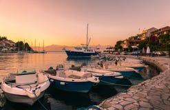 Baie de mer avec des bateaux au coucher du soleil Photographie stock