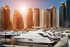 Baie de mer avec des yachts au coucher du soleil images libres de droits