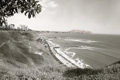 Baie de Miraflores : l'océan pacifique encadrant le ` de côte de vert de ` - Lima, Pérou photographie stock