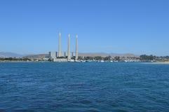 Baie de Morro, la Californie avec l'usine de dessalement Images libres de droits